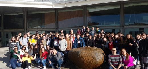 Alumnado del IES Vega de Mijas en la entrada del Parque de las Ciencias en Granada